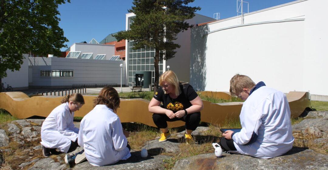 Nuoret tutkivat mikroskoopilla