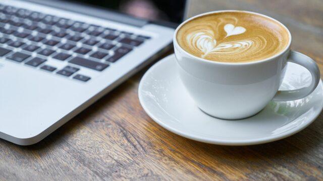 tietokone ja kahvikuppi