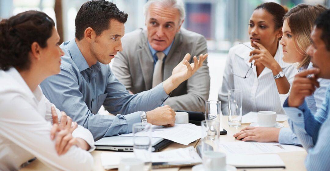 henkilöitä kokouspöydän äärellä, Kuva Joseph Mucira Pixabaystä