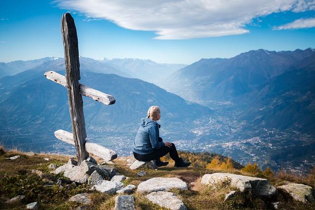 nainen kalliolla